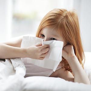 alergična deklica z alergijskim rinitisom